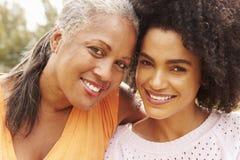 Porträt der Mutter mit erwachsener Tochter im Park lizenzfreie stockfotografie