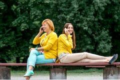 Porträt der Mutter mit ihrer Tochter im Park Lizenzfreies Stockbild
