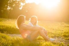 Porträt der Mutter und der jugendlichen Tochter im Freien Lizenzfreie Stockfotos