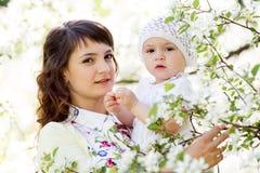 Porträt der Mutter und des Babys draußen Lizenzfreies Stockfoto