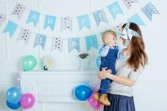 Porträt der Mutter und des Babys mit Geburtstagskuchen Stockbild