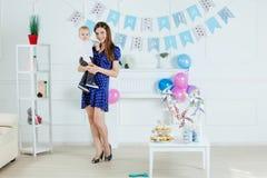 Porträt der Mutter und des Babys mit Geburtstagskuchen Lizenzfreies Stockfoto