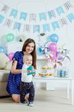 Porträt der Mutter und des Babys mit Geburtstagskuchen Stockfotografie