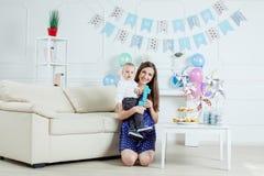 Porträt der Mutter und des Babys mit Geburtstagskuchen Stockbilder