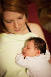 Porträt der Mutter und des neugeborenen Babys stockbild