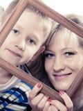 Porträt der Mutter und des Sohns, die Fotorahmen halten Stockfoto