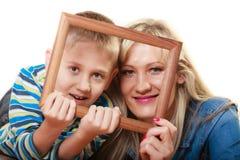 Porträt der Mutter und des Sohns, die Fotorahmen halten Stockbilder