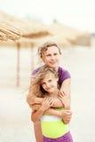 Porträt der Mutter und ihre Tochter, die Spaß auf tropischem Strand hat lizenzfreie stockfotos