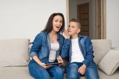Porträt der Mutter und ihres Sohns auf Sofa zu Hause Stockbilder