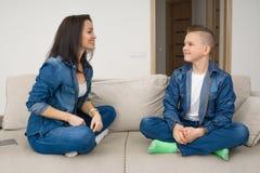 Porträt der Mutter und ihres Sohns auf Sofa zu Hause Lizenzfreie Stockfotografie