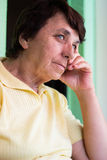 Porträt der nachdenklichen älteren Frau Stockbilder