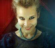 Porträt der natürlichen glücklichen lächelnden Frau stockbild