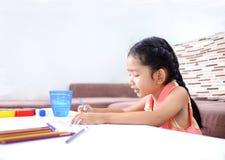 Porträt der netten asiatischen thailändischen Malerei des kleinen Mädchens die Farbe Lizenzfreie Stockfotos