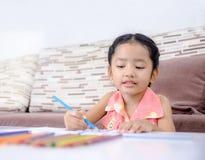 Porträt der netten asiatischen thailändischen Malerei des kleinen Mädchens die Farbe an ho Stockbilder