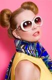 Porträt der netten attraktiven blonden jungen Frau in der Sonnenbrille und im blauen Schal Stockfotos