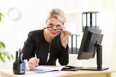 Porträt der netten ernsten Geschäftsfrau Stockfotos