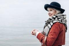 Porträt der netten Frau, dass beiseite schauend lizenzfreie stockbilder