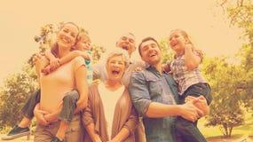 Porträt der netten Großfamilie am Park Stockbilder