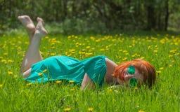 Porträt der netten jungen Frau, die sich im Frühjahr Park entspannt lizenzfreie stockfotografie