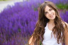 Porträt der netten lächelnden Frau in einem Park stockbild