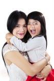 Porträt der netten Mutter und der Tochter Stockfoto