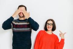 Porträt der netten Paarhaltung gegen weißen Hintergrund froh stockfotos
