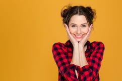 Porträt der netten reizenden netten jungen Frau stockfotos