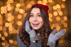 Porträt der netten schönen jungen Frau, die am Handy spricht Lizenzfreies Stockbild