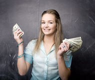 Porträt der netten Studentin mit Geld und Pass Lizenzfreie Stockbilder