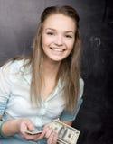 Porträt der netten Studentin mit Geld und Pass Lizenzfreies Stockbild