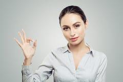 Porträt der okayzeichengeste der schönen Vertretung der jungen Frau Gesichtsausdrücke und -gefühle stockfotos