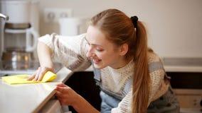Porträt der positiven Hausfraureinigung stock video footage
