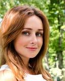 Porträt der prety lächelnden jungen Frau draußen Stockbild