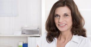 Porträt der recht älteren Frau auf weißem Hintergrund stockfoto