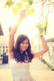 Porträt der recht asiatischen Frau unter dem Baum Lizenzfreie Stockbilder