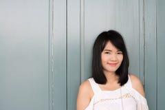 Porträt der recht glücklichen asiatischen jungen Frau stockbilder