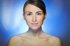 Porträt der recht jungen Frau auf blauem Hintergrund Lizenzfreies Stockfoto