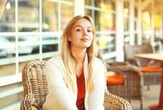 Porträt der recht jungen Frau, die in das Café wartet Lizenzfreie Stockfotos