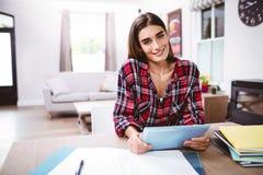 Porträt der recht jungen Frau, die digitale Tablette hält Lizenzfreies Stockfoto
