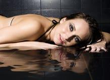 Porträt der recht jungen Frau mit dem nassem Haar und Wäsche Stockbild