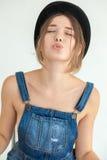 Porträt der recht jungen lustigen Frau Lizenzfreies Stockfoto