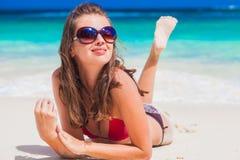 Porträt der recht langhaarigen Frau im Bikini, der Spaß am tropischen Strand hat Mahe, Seychellen Stockbild