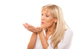 Porträt der reifen Frau einen Kuss durchbrennend lokalisiert Lizenzfreies Stockbild