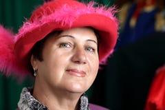 Porträt der reifen Frau im Rot Lizenzfreies Stockfoto