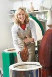 Porträt der reifen Frau im Tonwaren-Studio-Zündungs-Vase im Brennofen lizenzfreie stockfotos