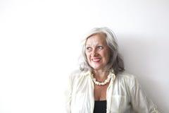Porträt der reifen Frau mit dem grauen Haar Stockfotos