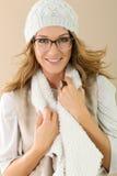 Porträt der reifen Frau mit dem Hut und Brillen lokalisiert Stockfoto