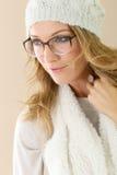 Porträt der reifen Frau mit Winterhut und -brillen Lizenzfreies Stockfoto