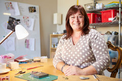 Porträt der reifen Frau Schmuck zu Hause machend Lizenzfreie Stockbilder