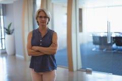 Porträt der reifen Geschäftsfrau mit den Armen gekreuzt Lizenzfreie Stockbilder
